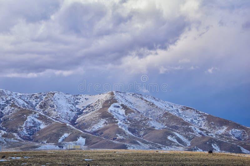 Het de winterpanorama van Oquirrh-afgedekte Bergketensneeuw, dat Bingham Canyon Mine of Kennecott-de Kopermijn omvat, kletste Th stock foto