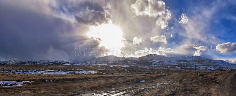 Het de winterpanorama van Oquirrh-afgedekte Bergketensneeuw, dat Bingham Canyon Mine of Kennecott-de Kopermijn omvat, kletste Th stock foto's