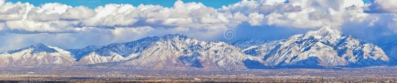 Het de winterpanorama van Sneeuw dekte Wasatch Front Rocky Mountains, de Vallei van Great Salt Lake en Cloudscape van Bacchus Hig stock foto's