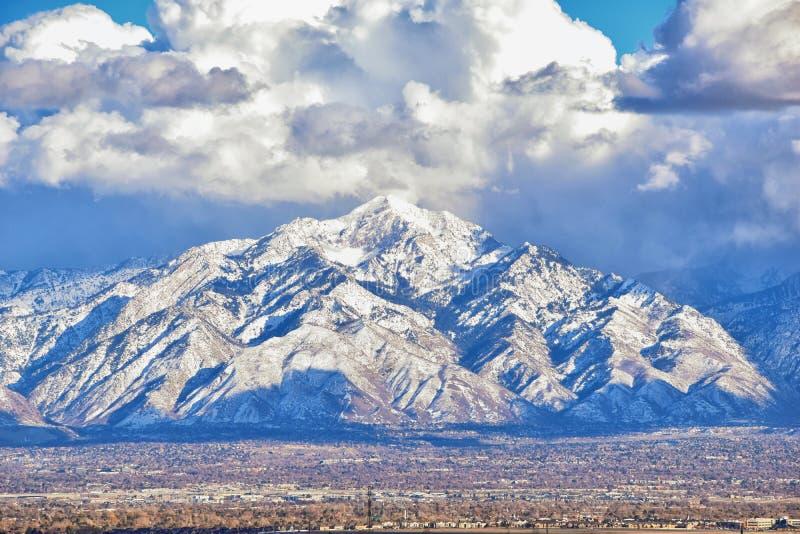Het de winterpanorama van Sneeuw dekte Wasatch Front Rocky Mountains, de Vallei van Great Salt Lake en Cloudscape van Bacchus Hig royalty-vrije stock foto's