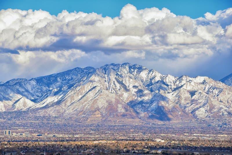Het de winterpanorama van Sneeuw dekte Wasatch Front Rocky Mountains, de Vallei van Great Salt Lake en Cloudscape van Bacchus Hig stock afbeeldingen
