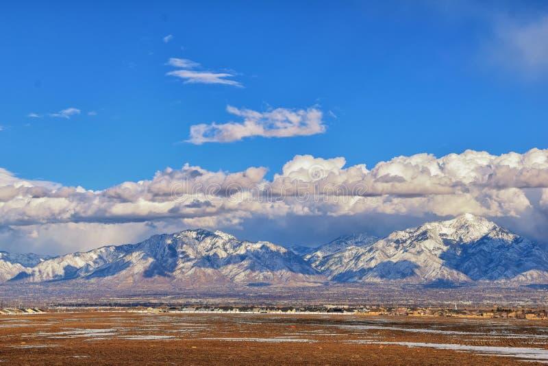 Het de winterpanorama van Sneeuw dekte Wasatch Front Rocky Mountains, de Vallei van Great Salt Lake en Cloudscape van Bacchus Hig royalty-vrije stock afbeeldingen