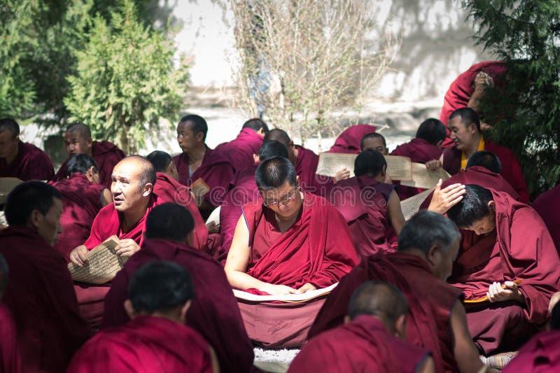 Het debatteren Boeddhistische scriptures - Lama's in Tibet Sera Monastery royalty-vrije stock afbeeldingen