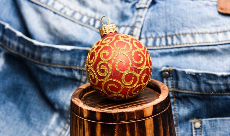Het decor van de Kerstmisbal op weinig decoratief houten vat over denimachtergrond Het concept van de de wintervakantie verfraai royalty-vrije stock foto