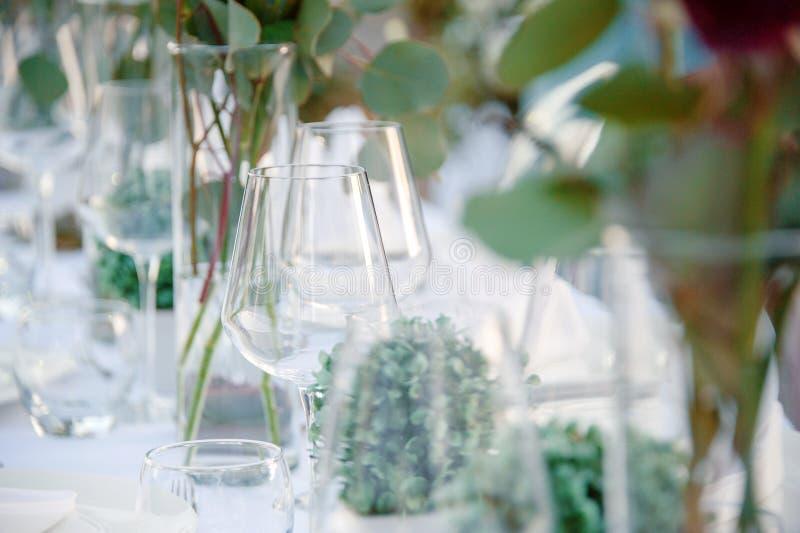 Het decor van het de zomerhuwelijk voor bruid en bruidegomlijst in openlucht met kaarshouders stock foto
