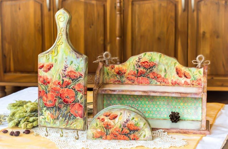 Het decor van het Decoupagehuis - houten die housewares met decoupagetechniek wordt verfraaid royalty-vrije stock afbeelding