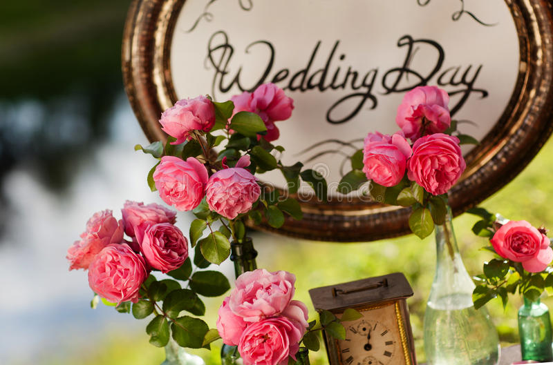 Het decor van het huwelijk Houten plaque met de inschrijving stock foto's