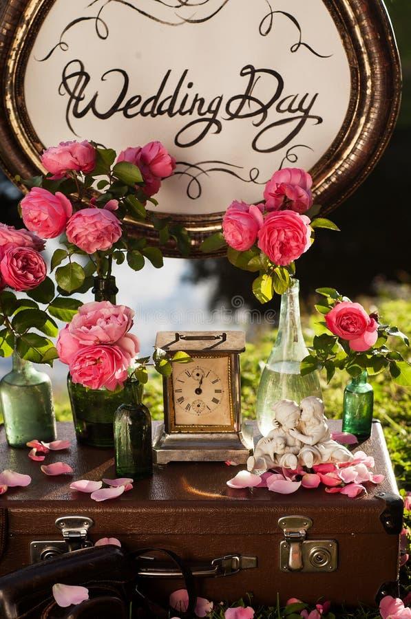 Het decor van het huwelijk Houten plaque met de inschrijving stock afbeeldingen
