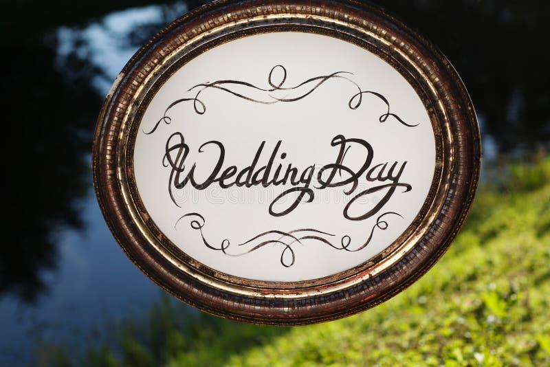 Het decor van het huwelijk Houten plaque met de inschrijving stock afbeelding