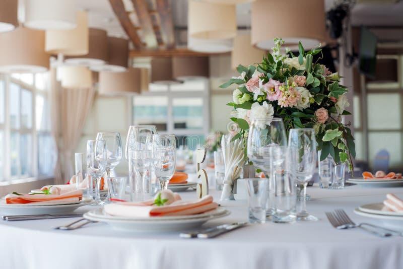 Het decor van het huwelijk Bloemen in het restaurant, lijst het plaatsen stock foto