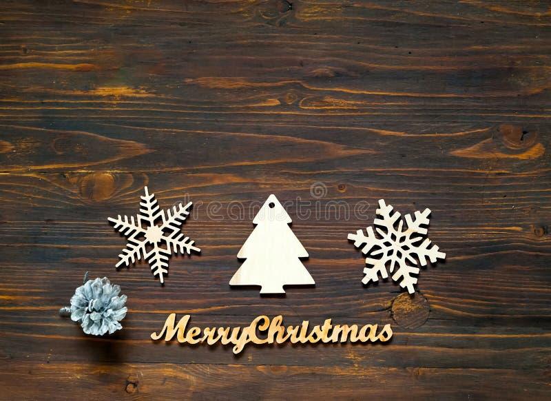 Het decor van Kerstmis Decoratieve houten sneeuwvlokken en Kerstmisdecoratie op houten achtergrond, concept Nieuwjarenvakantie, c stock foto's