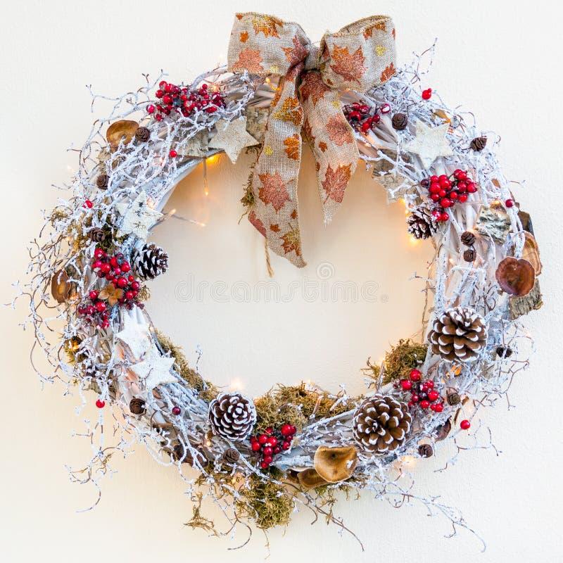 Het decoratieve beeld van de Kerstmiskroon op neutrale achtergrond royalty-vrije stock afbeelding