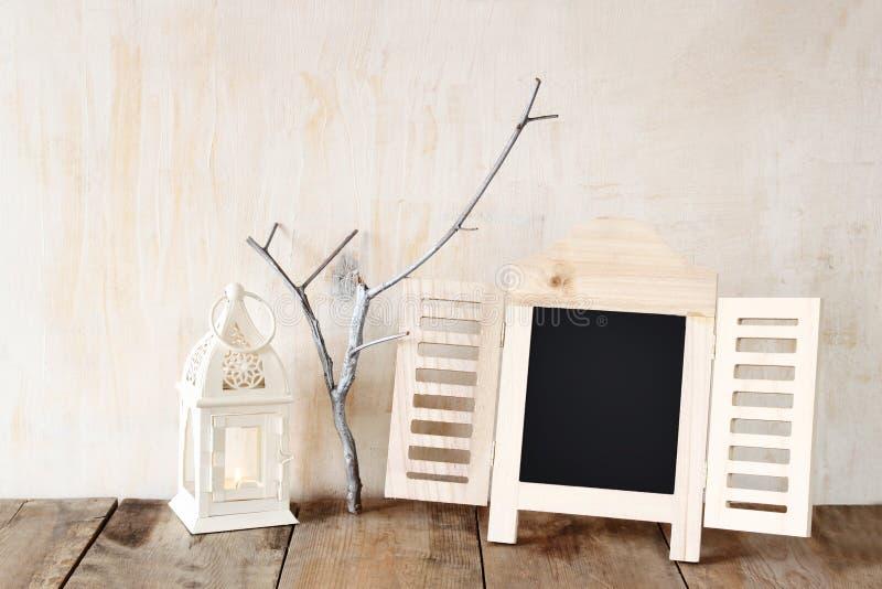 Het decoratieve bordkader en weinig boom vertakken zich royalty-vrije stock foto's