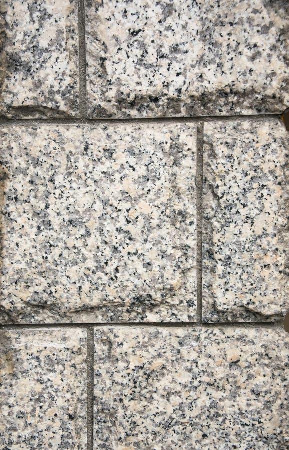 Het decoratieve onder ogen zien, gemaakt van een gewaagde grijze granietplaten met een natuurlijk ornament stock foto