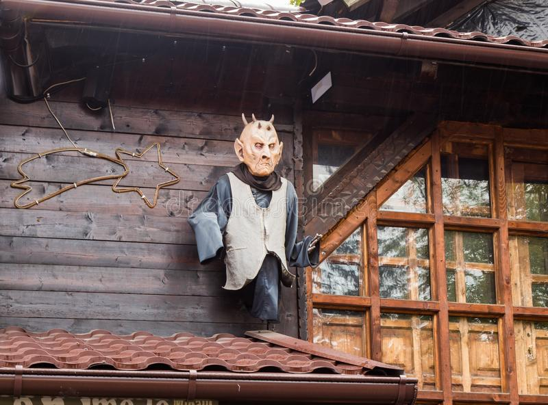 Het decoratieve vampiercijfer maakte aan de muur vast dichtbij de ingang aan het Zemelenkasteel in Zemelenstad in Roemenië royalty-vrije stock foto's