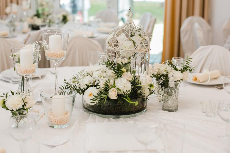 Het decorringen van huwelijksbloemen royalty-vrije stock afbeeldingen