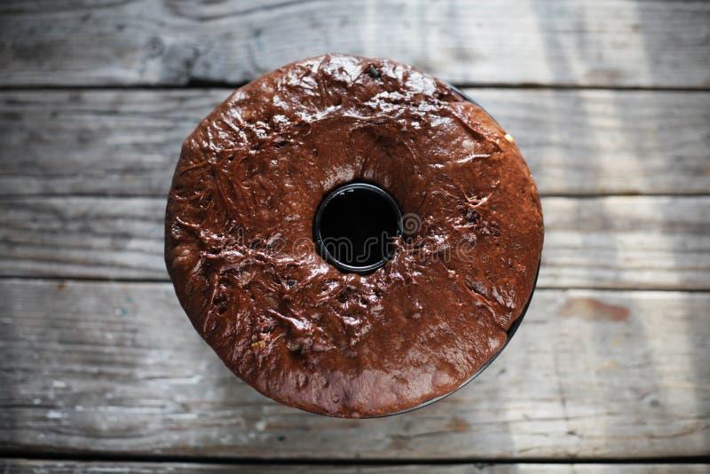 Het deeg van de chocoladecake gugelhupf, gist toegenomen stock fotografie