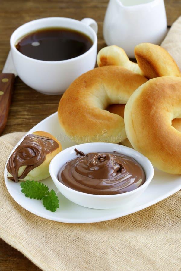 Het deeg van de chocoladenoot (nutella) voor ontbijt met brood stock afbeeldingen