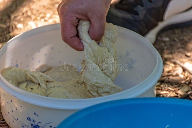 Het deeg van het stokbrood in een kom stock afbeelding