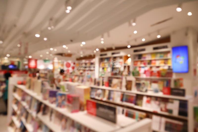 Het defocusbeeld van booksore Onduidelijk beeld abstracte achtergrond van boek en boekenrekken stock afbeelding