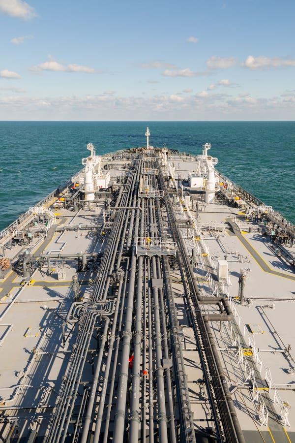 Het dek van de olieproductentanker stock afbeelding