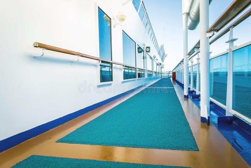 Het dek van het cruiseschip op een duidelijke dag royalty-vrije stock afbeelding