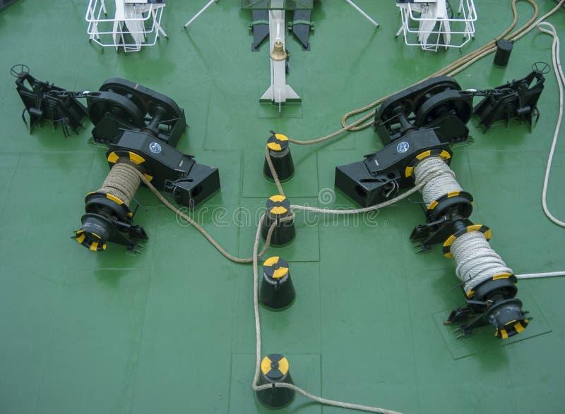 Het dek van het schip met kabel stock foto's