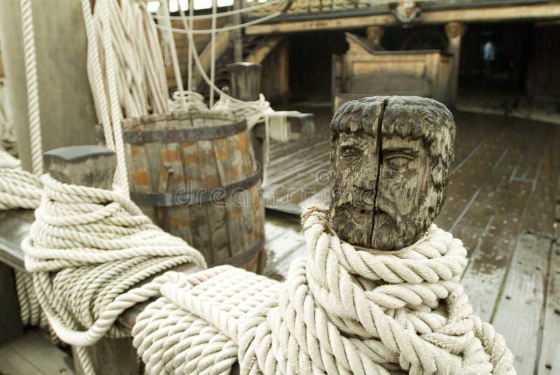 Het dek van Ship?s met gesneden hoofd en kabel stock afbeelding