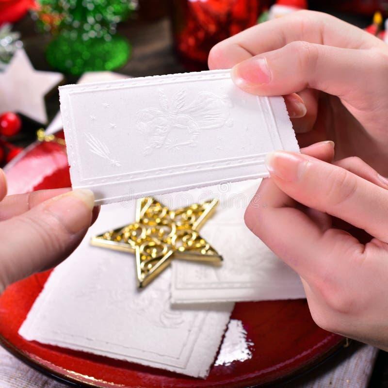 Het delen met het wafeltje van de Kerstmisvooravond stock foto