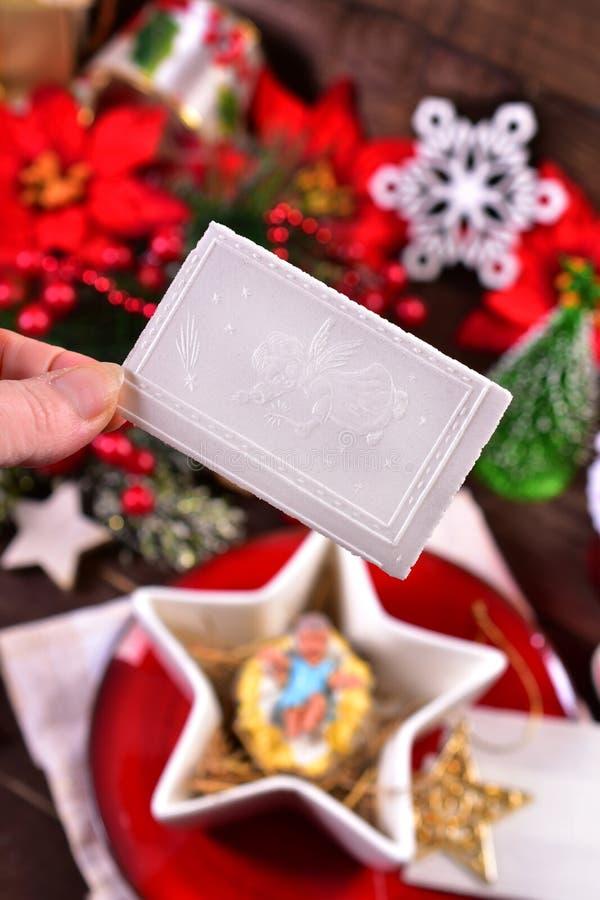 Het delen met het wafeltje van de Kerstmisvooravond stock fotografie
