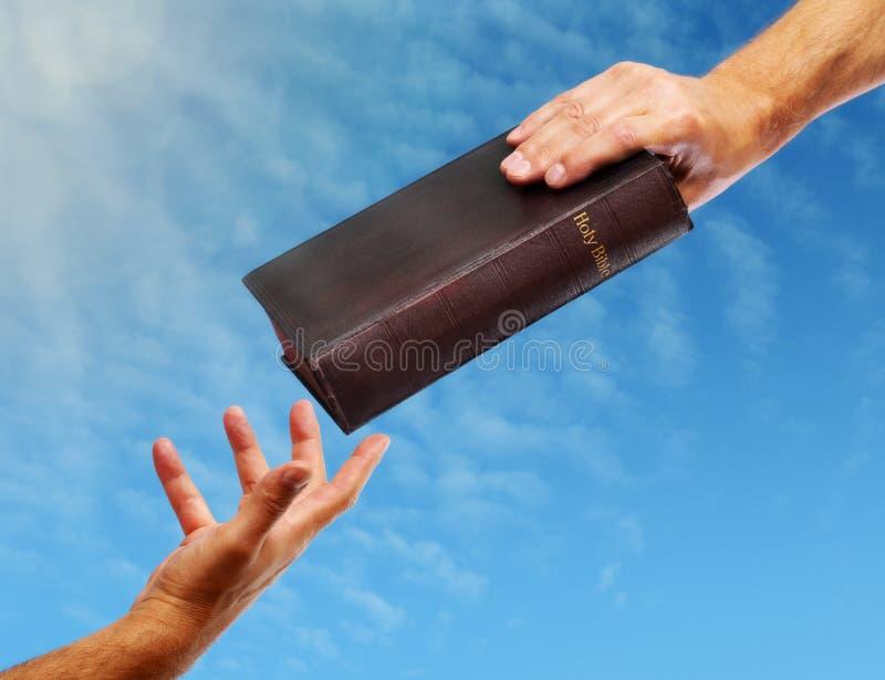 Het delen van de Bijbel stock afbeeldingen