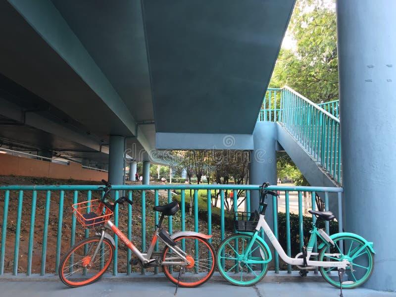 Het delen van fietsen tussen brugtreden royalty-vrije stock foto