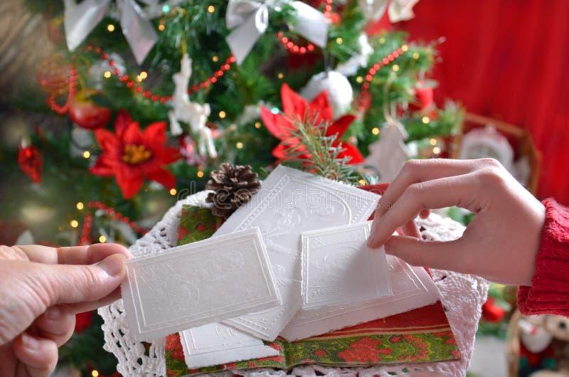 Het delen van het wafeltje van de Kerstmisvooravond royalty-vrije stock afbeelding
