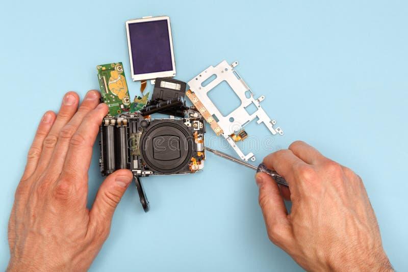 Het demonteren van een fotocamera stock fotografie