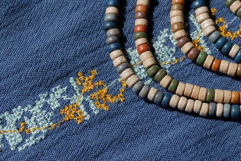 Het denimoverhemd van vrouwen, met borduurwerk en ceramische parels wordt verfraaid die royalty-vrije stock afbeelding