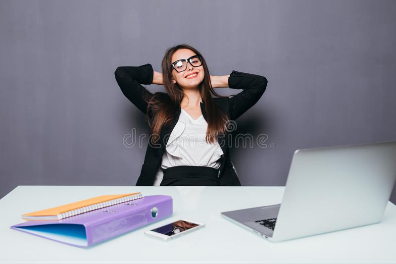 Het denken beambtedag dromen die omhoog gelukkig glimlachen kijkt Jonge bedrijfsvrouw in kostuumzitting bij bureau met laptop stock foto
