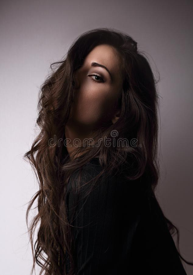 Het denken emotie mooie vrouw denken die kijkend door lang h stock afbeeldingen