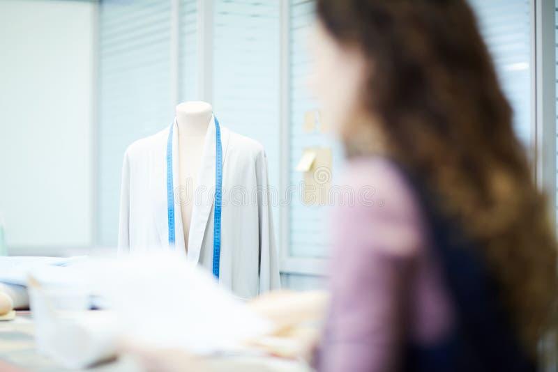 Het denken over ontwerp van jasje in studio royalty-vrije stock fotografie