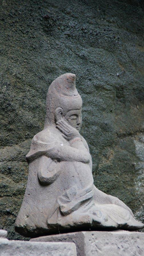 Het denken van het standbeeld van Boedha bij de tempel van Nihon ji in Japan stock foto's