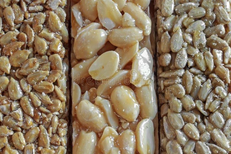 het dessert maakte van stroken van zonnebloemzaden en pinda's in een zoete glans royalty-vrije stock afbeelding