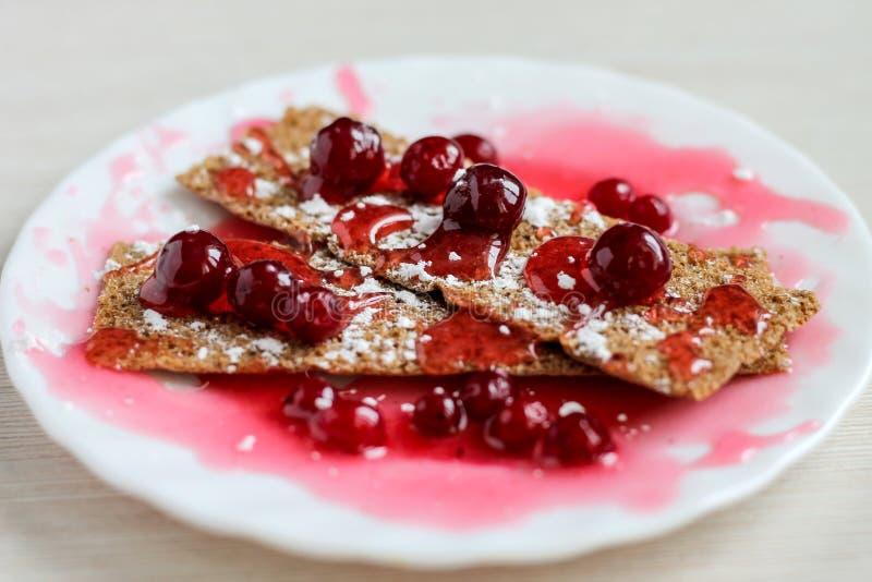 Het dessert met rode bessen, op een witte plaat, sluit omhoog royalty-vrije stock foto