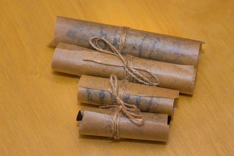 Het dessert van het broodjesdeeg in vetvrij die papier wordt met streng wordt gebonden verpakt die stock afbeelding