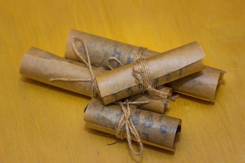 Het dessert van het broodjesdeeg in vetvrij die papier wordt met streng wordt gebonden verpakt die royalty-vrije stock afbeeldingen