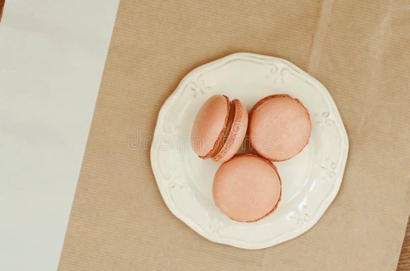 Het dessert van de karamelmakaron op witte plaat royalty-vrije stock fotografie