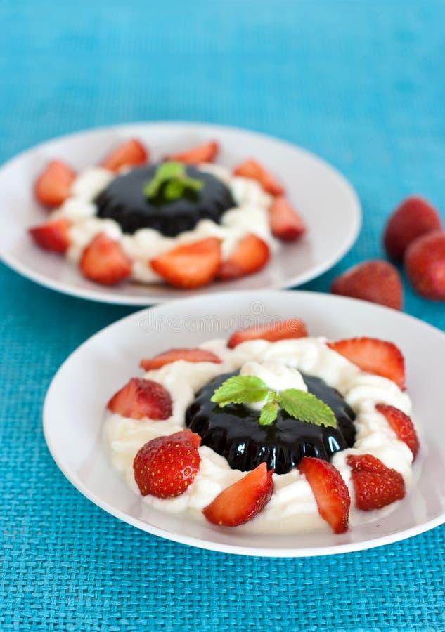 Het dessert van de koffie met room en aardbeien stock foto