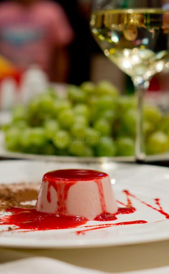 Het dessert van de mousse met fruitig bovenste laagje royalty-vrije stock afbeeldingen