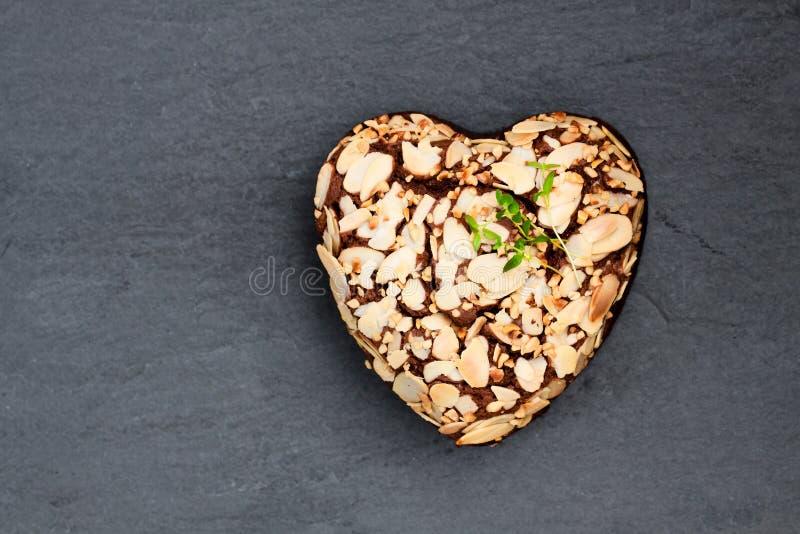 Het dessert van de valentijnskaartendag Hart gevormde chocoladecake royalty-vrije stock fotografie