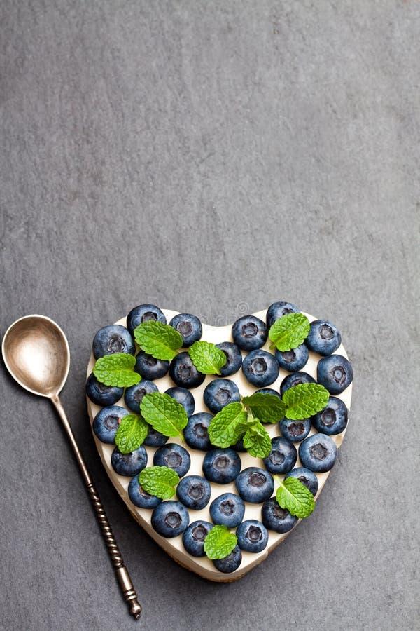 Het dessert van de valentijnskaartendag Hart gevormde kaastaart met bosbes royalty-vrije stock afbeeldingen