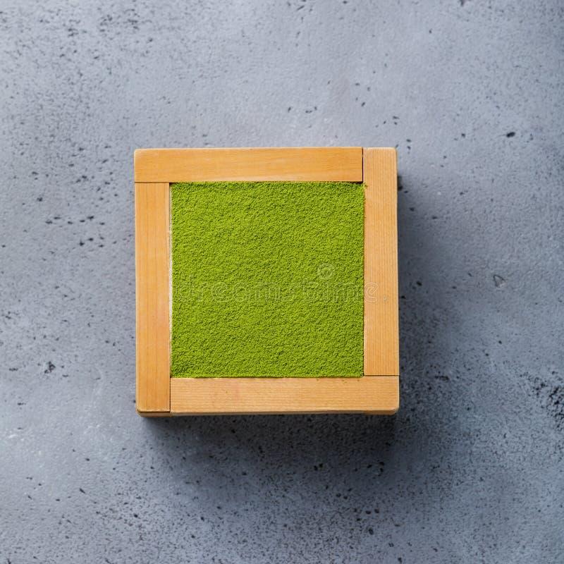 Het Dessert van Matchatiramisu in houten doos royalty-vrije stock afbeeldingen