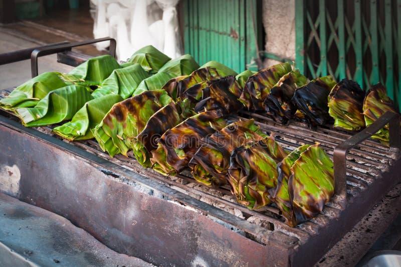 Het dessert van Thailand in banaanbladeren wordt verpakt, kokosmelkvla met kokosnotensnoepje dat stock afbeeldingen